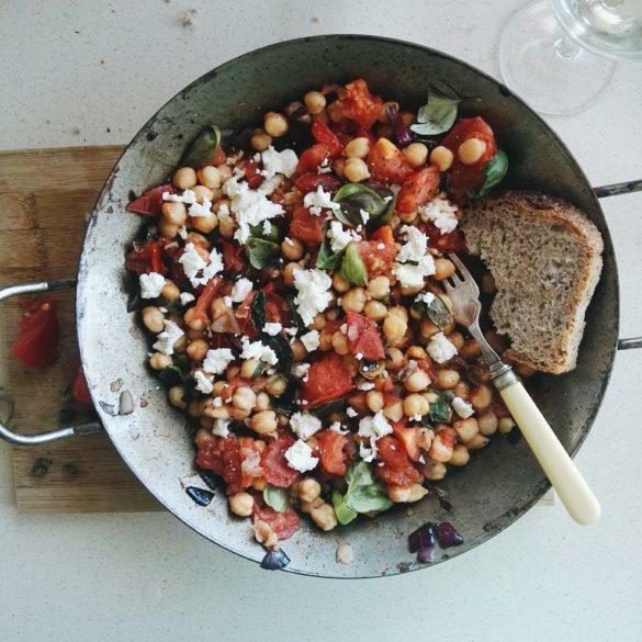 Panzanella z ciecierzycy, pomidorów i kaparów 28