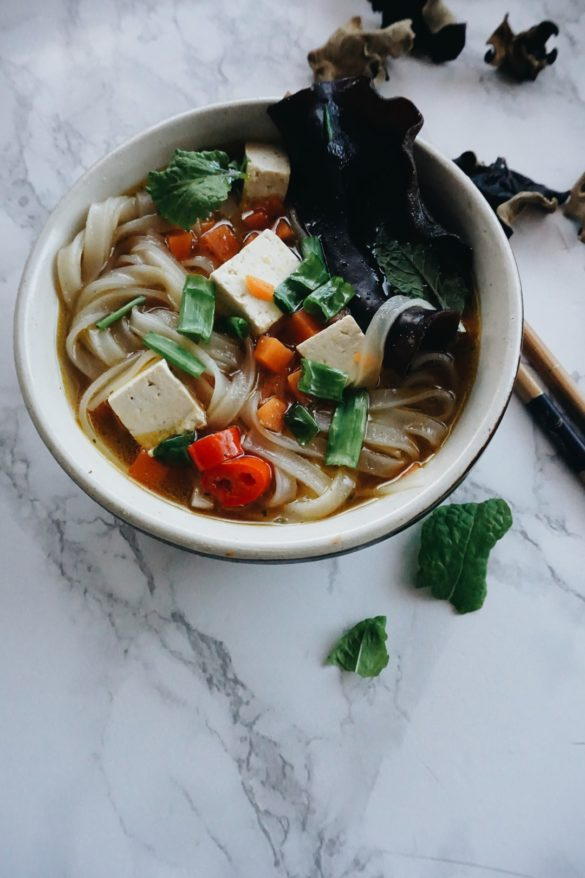 Zupa Pho z dynią, grzybkami shiitake, makaronem ryżowym i tofu <VEGE> 32