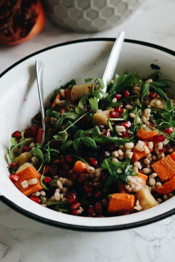 Sałatka z pęczakiem, warzywami korzeniowymi i granatem 8