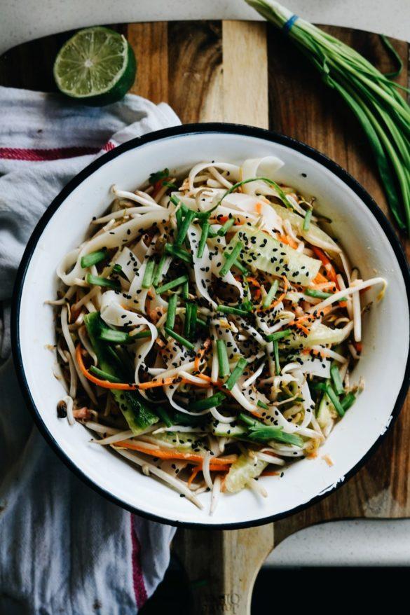Tajska sałatka z makaronem ryżowym i łososiem 32