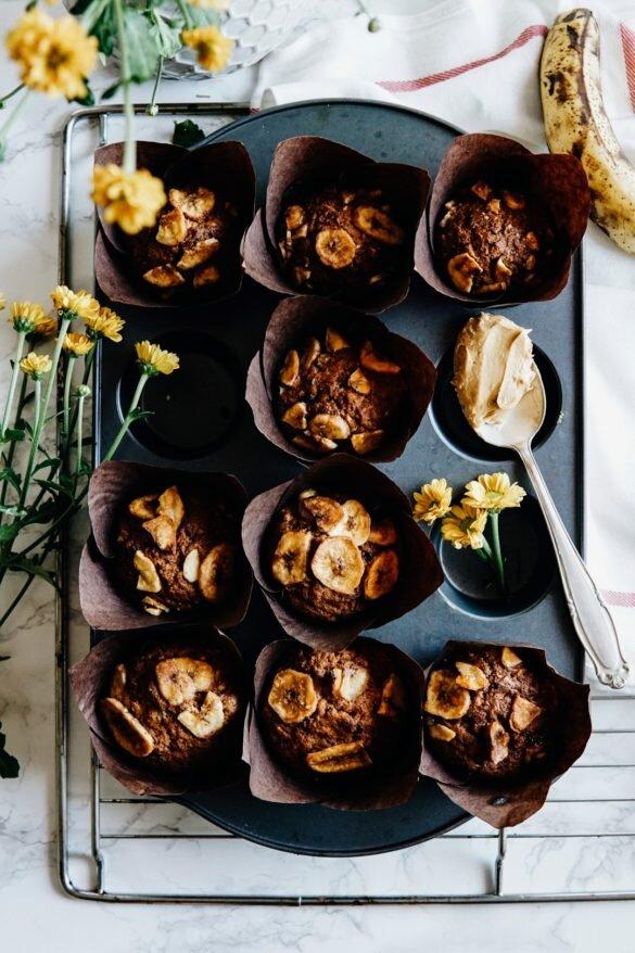 Muffiny z karmelizowanymi bananami, dżemem porzeczkowym i masłem orzechowym 52