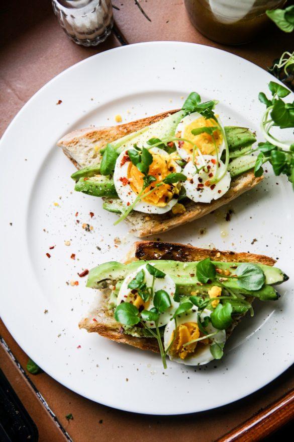 Oliwna bagietka z awokado i jajkiem na półtwardo 8
