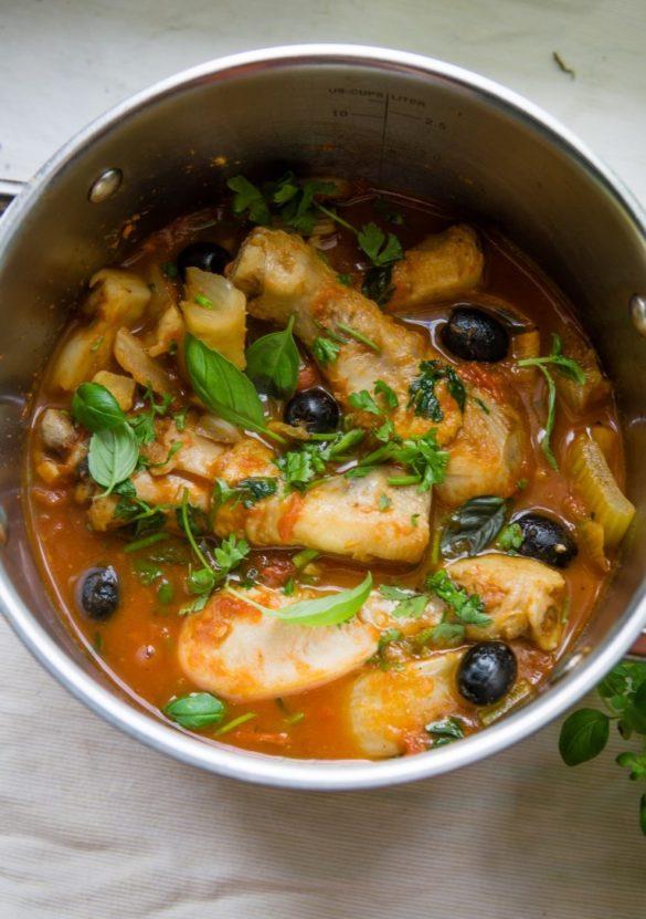 Duszony kurczak z fenkułem, selerem naciowym i oliwkami 10
