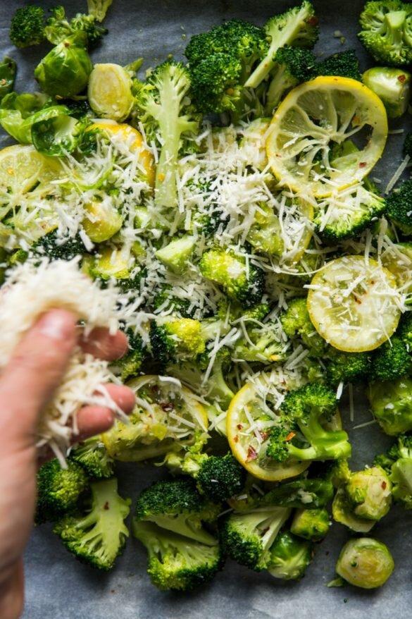 Pieczony brokuł z brukselką, cytryną i chrupiącym parmezanem 12