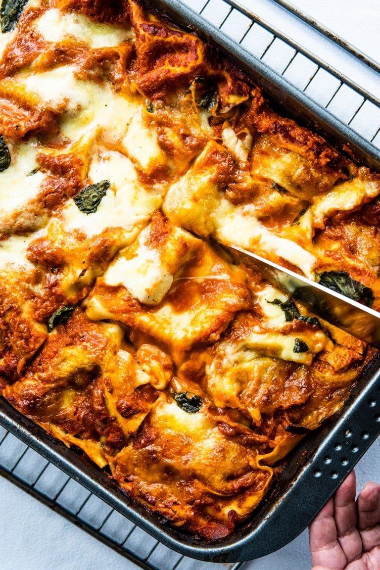 Wegetariańska lasagne ze szpinakiem, czerwoną cebulą i oliwkami 2