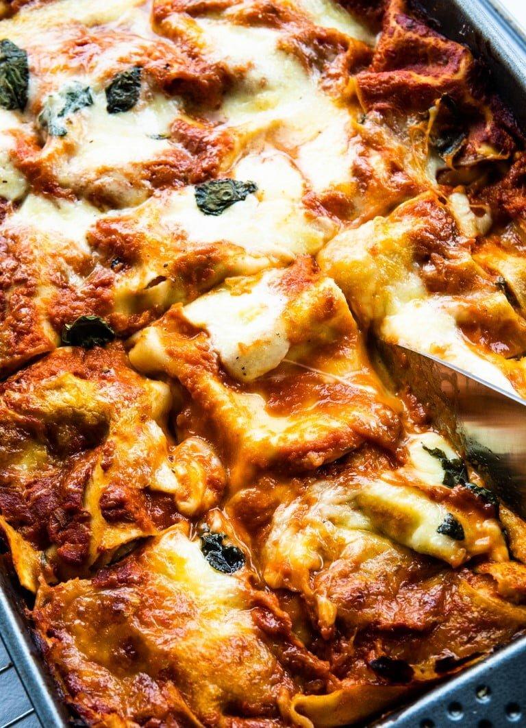 Wegetariańska lasagne ze szpinakiem, czerwoną cebulą i oliwkami 1