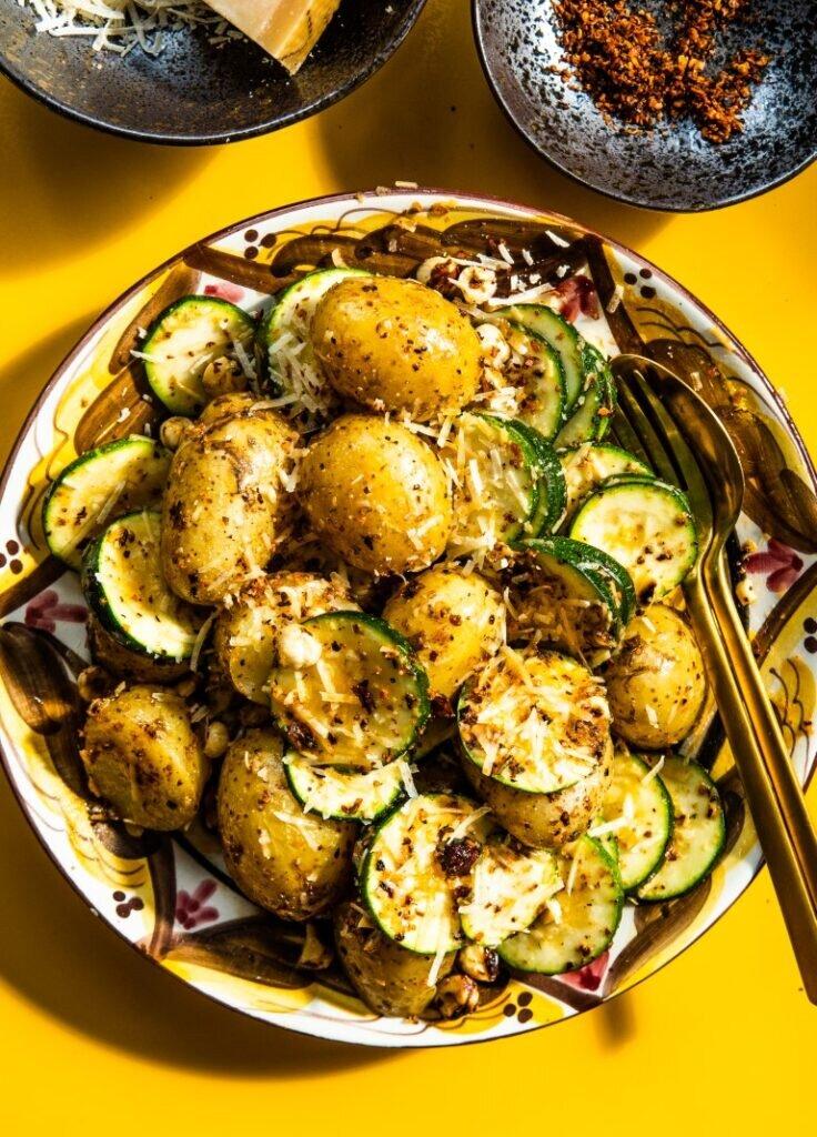 Żarzące młode ziemniaki z cukinią, orzechami laskowymi i parmezanem 1