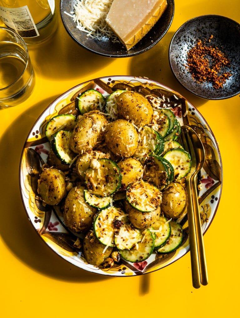 Żarzące młode ziemniaki z cukinią, orzechami laskowymi i parmezanem 2