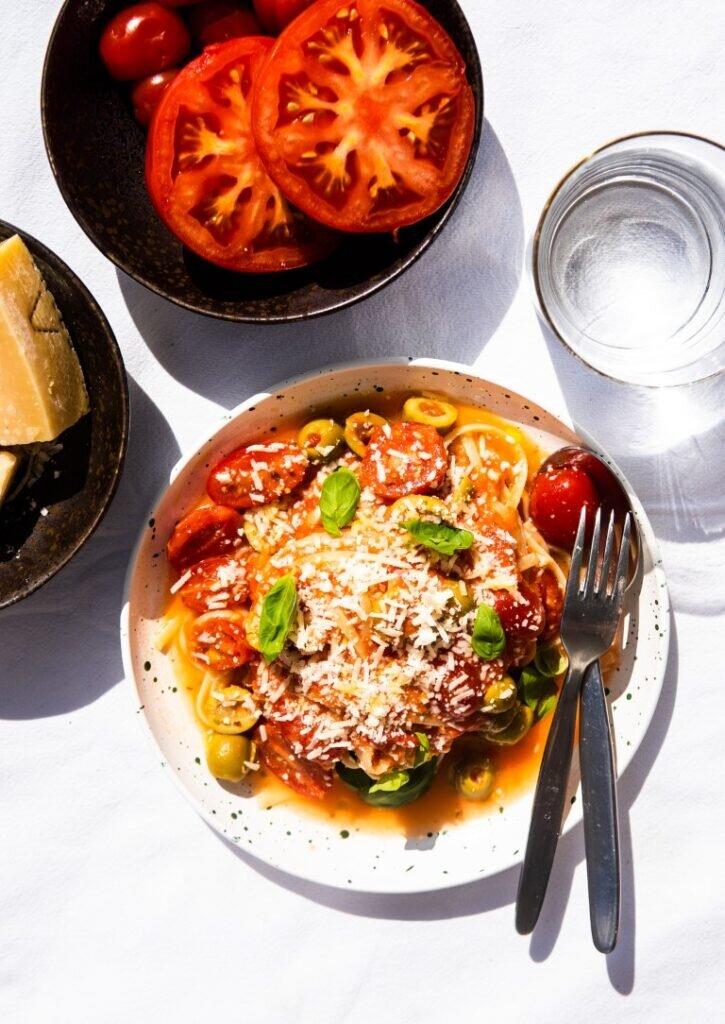 Błyskawiczny makaron z sosem pomidorowym bez gotowania – na lato 3