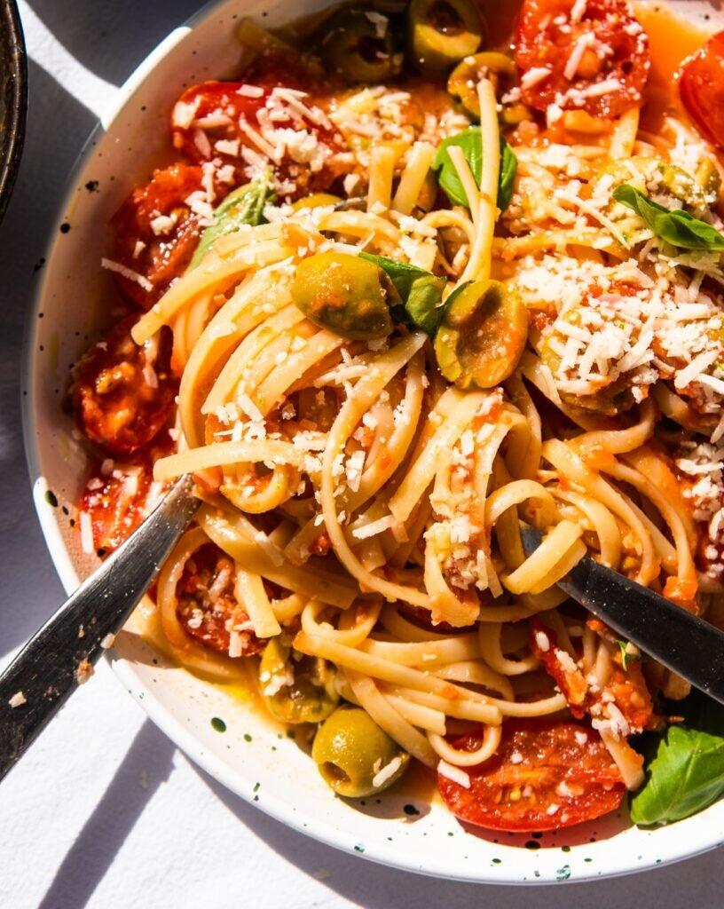 Błyskawiczny makaron z sosem pomidorowym bez gotowania – na lato 2