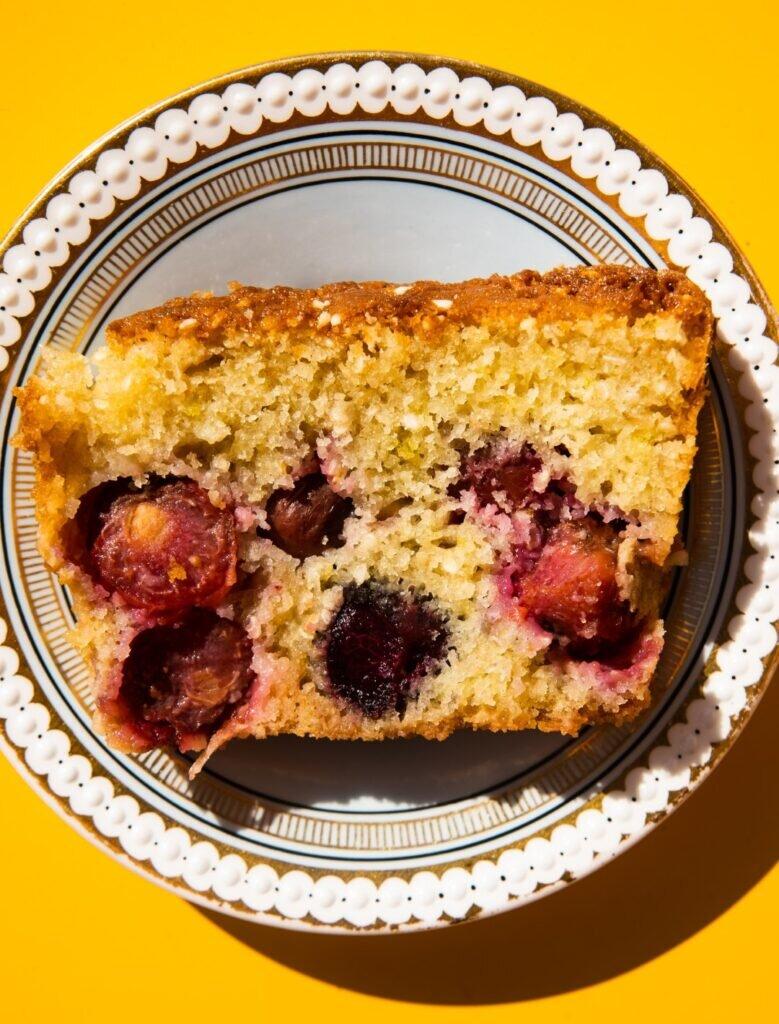 Wiśniowe ciasto z sezamem i limonką 1