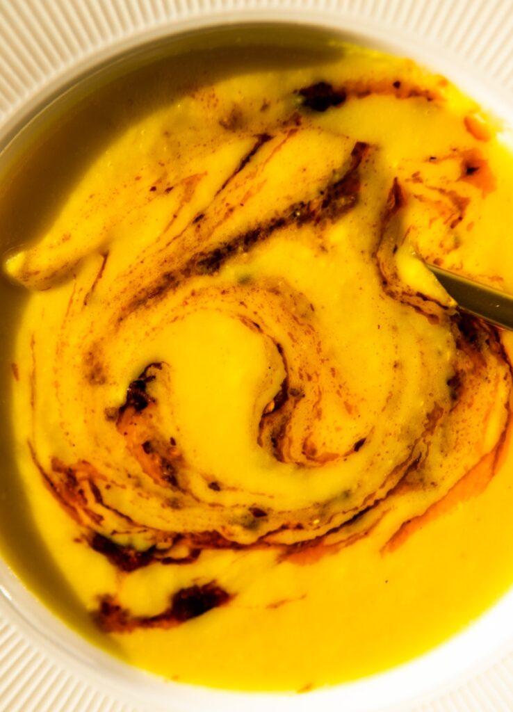 Krem z pietruszki z kurkumą i totalnie umamicznym sosem z chrupiącego chili 3