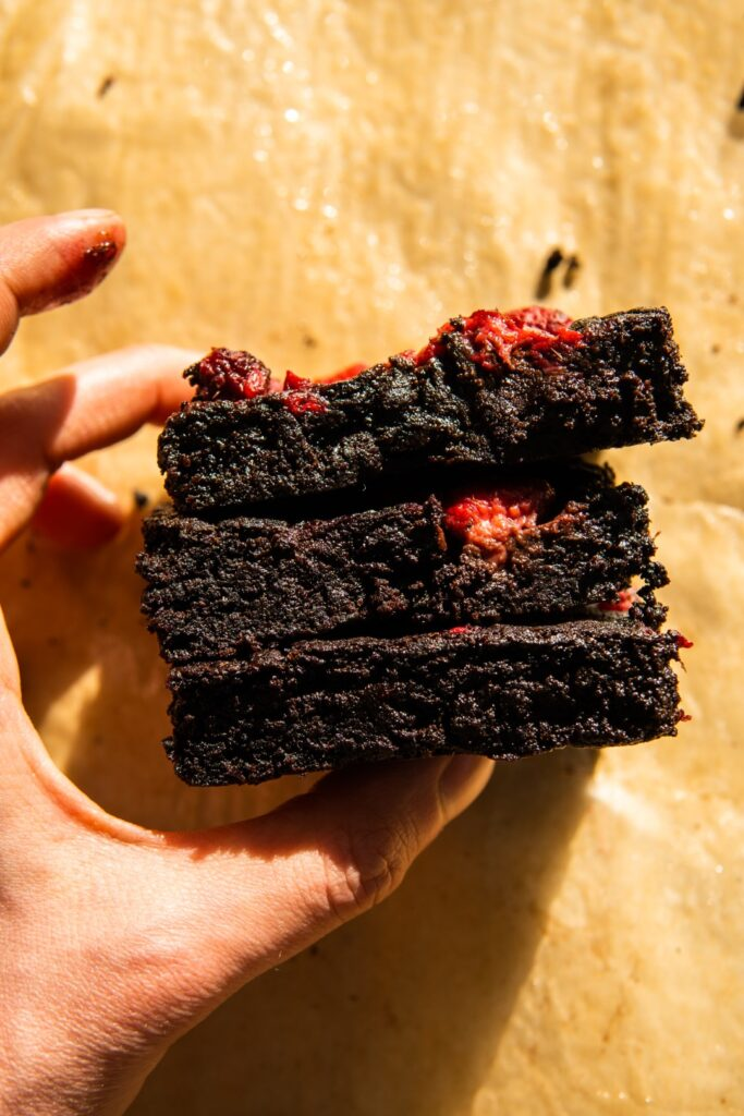 Kakaowe brownie bez czekolady (ale z malinami i kardamonem) 1