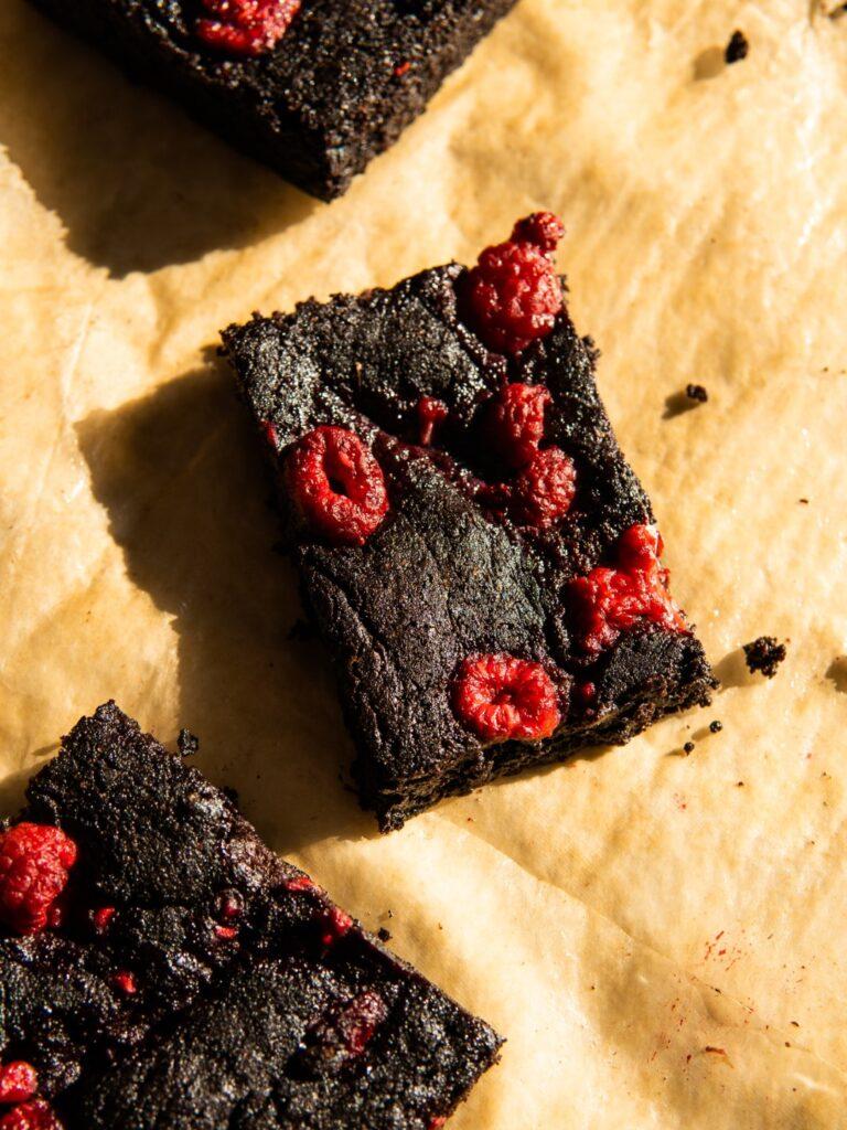 Kakaowe brownie bez czekolady (ale z malinami i kardamonem) 2