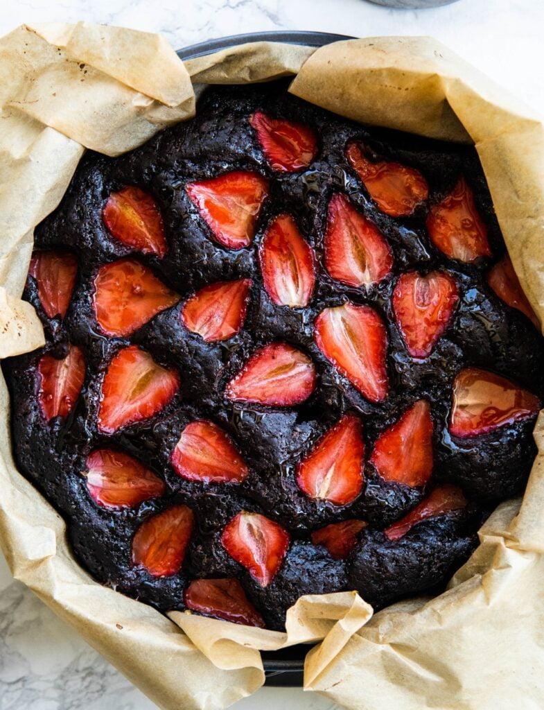 Wegańskie ciasto czekoladowe z truskawkami 1