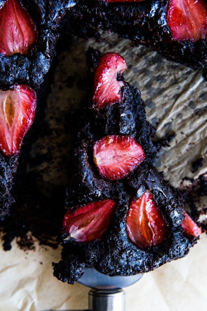 Wegańskie ciasto czekoladowe z truskawkami 4