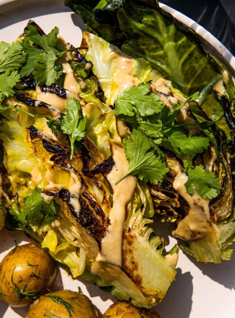Pieczone steki z młodej kapusty z limonkowym sosem tahini 2