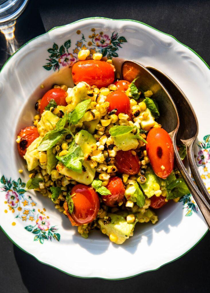 Sałatka z grillowanej kukurydzy, palonych pomidorków koktajlowych, awokado i mięty 2